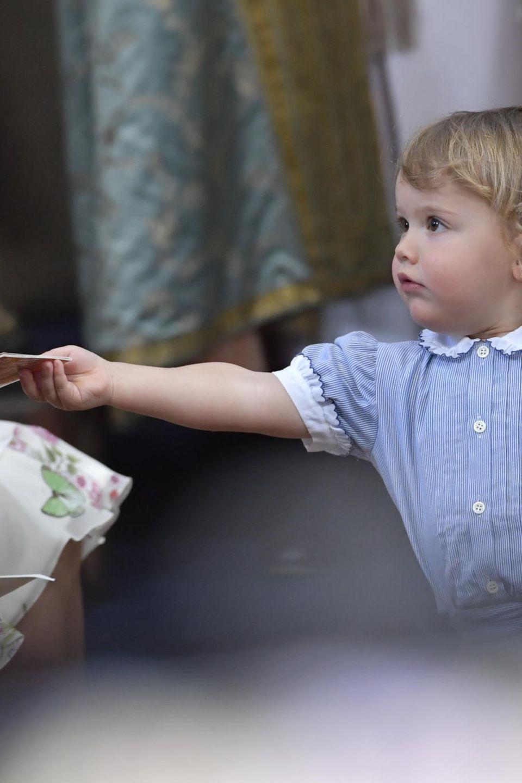 Prinz Alexander verteilt Bilderbüchlein an seinen Onkel Chris O'Neill.