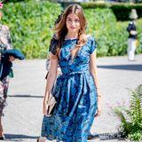Milana Gräfin von Abensperg, die schöne Nichte von Chris O'Neill, zieht im blauen Blumenkleid die Blicke der Fotografen und Taufgäste auf sich.