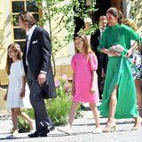Familie mit Stil: Patrick Sommerlath mit seinen süßen TöchterAnaïs und Chloé in Weiß und Pink, ebenso strahlend Maline Sommerlath in leuchtendem Grün.