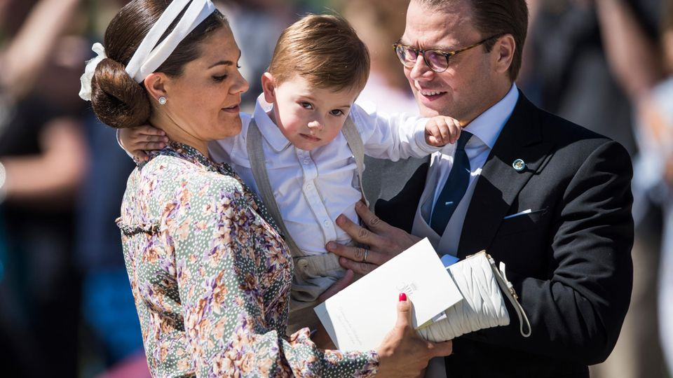 Prinzessin Victoria mit Sohn Prinz Oscar und Ehemann Prinz Daniel bei der Taufe von Prinzessin Adrienne am 8. Juni 2018 auf Schloss Drottningholm. Prinzessin Estelle fehlt wegen Krankheit