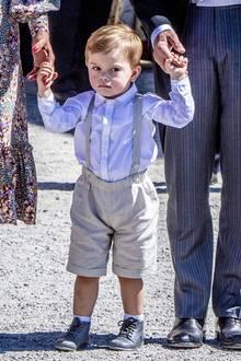 Schwedens süßester Schmollmund, Prinz Oscar,zeigt sich bei der Taufe seiner kleinen Cousine Prinzessin Adrienne mimischwieder in Bestform. Dafür sieht er in Hemd und Latzhose aber einfach zu süß aus.