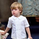 Weiß und Beige waren die Farben der kleinen Taufgäste. Prinz Nicolas interessiert aber nicht so sehr für sein hübsches, doppelreihiges Sommerhemd, eher noch für seinen blauen Kuschelhasen, den er während der Taufe nicht aus der Hand lässt.