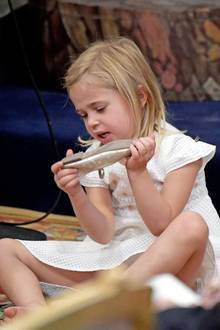Schuhe aus! Prinzessin Leonore macht, was ihr gefällt.