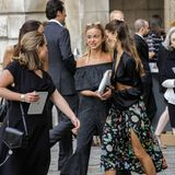 Alle Augen auf Amelia: Die schöne Windsor-Lady zieht bei der Sommerparty in der LondonerRoyal Academy of Arts die Blicke auf sich. Der schulterfreie Jumpsuit im Streusel-Look kann sich aber auch sehen lassen.