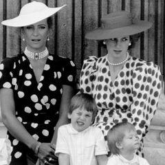 15. Juni 1986  Während Prinz William das Gesicht verzieht, scheint Prinz Harry etwas Spannendes in der Menge entdeckt zu haben, die vor dem Buckingham Palast den Royals zujubeln.