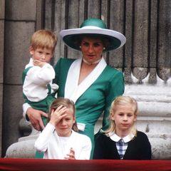 1. Juni 1988  Prinz Harry und Mama Lady Diana tragen bei der Geburtstagsparade der Queen Partnerlook. So richtig spannend findet der Mini-Royal das Ganze aber offensichtlich nicht.