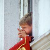 17. Juni 1989  Royaler Zeitvertreib bei der Parade: Prinz William spielt kurzerhand selbst mal Soldat und macht ein paar Schießübungen am Fenster.