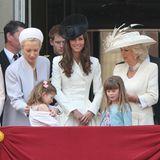 11. Juni 2011  Die Enkeltochtervon Prinz Edward, dem Herzog von Kent, Estella Taylor (in der ersten Reihe) zieht kurzerhand ihr Jäckchen aus. Mama Lady Helen Taylor eilt zu Hilfe.