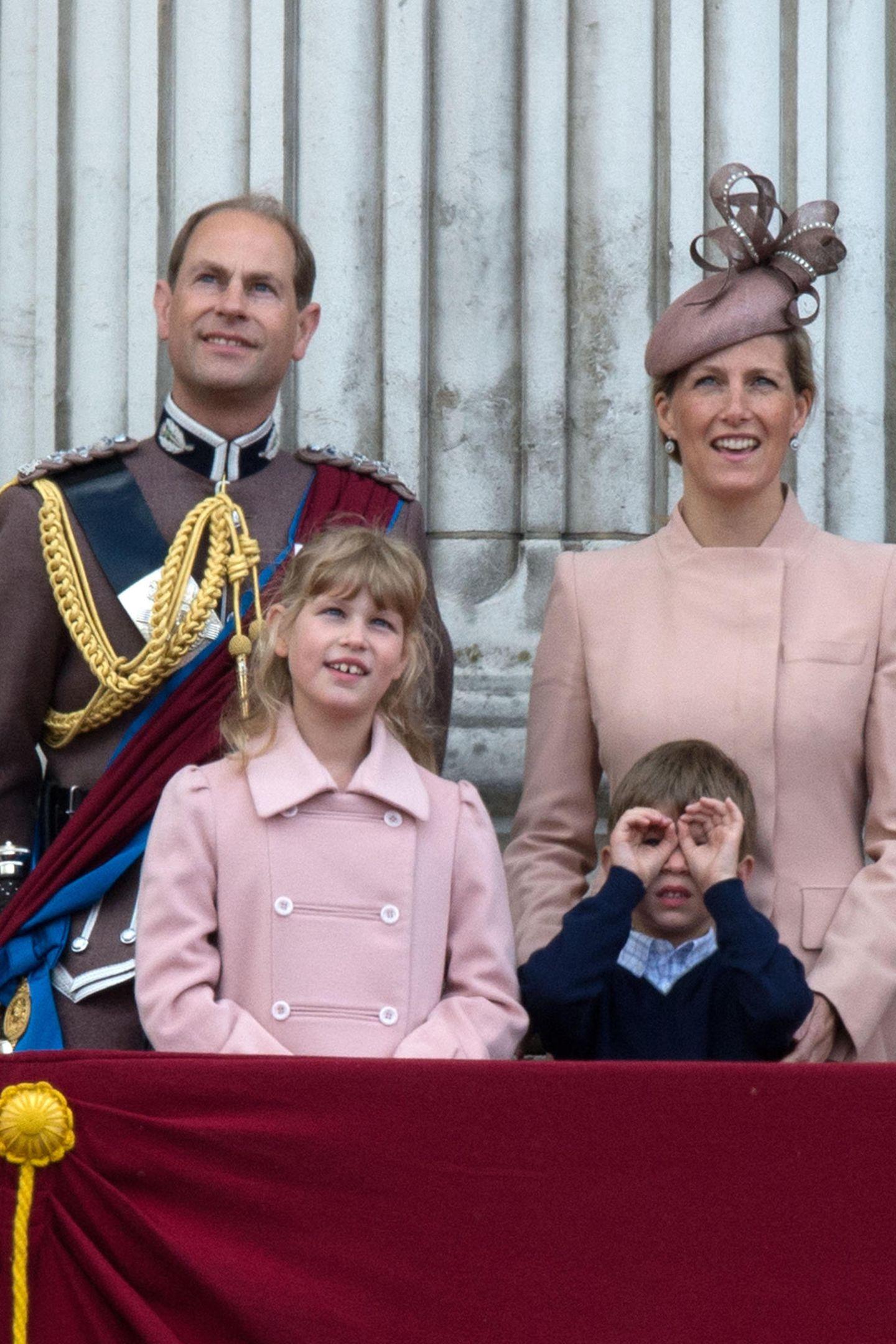 15. Juni 2013  Was James, der Sohn von Prinz Edward und Herzogin Sophie von Wessex, wohl sucht? Beim Bestaunen der Parade formt er mit seinen Händen ein Fernglas. Eine legitimeAblenkungsstrategie.