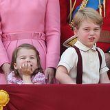 17. Juni 2017  Prinzessin Charlottestützt sich ganz lässig auf dem Balkon ab. Bruder Prinz George guckt da schon weniger begeistert.