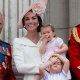"""11. Juni 2016  Prinzessin Charlotte ist das erste Mal bei """"Trooping The Colour"""" dabei, für die Einjährige ist das Spektakel ganz schön aufregend. Ihr großer Bruder scheint eher zu verzweifeln."""