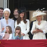 11. Juni 2011  Hier lohnt nicht nur ein Blick auf die Kleinen in der ersten Reihe: Eloise Taylor knabbert aus Langweile schon an ihrem Haarreifen, doch viel lustiger ist der Blick von Herzogin Camilla. Was sie da wohl gesehen hat?
