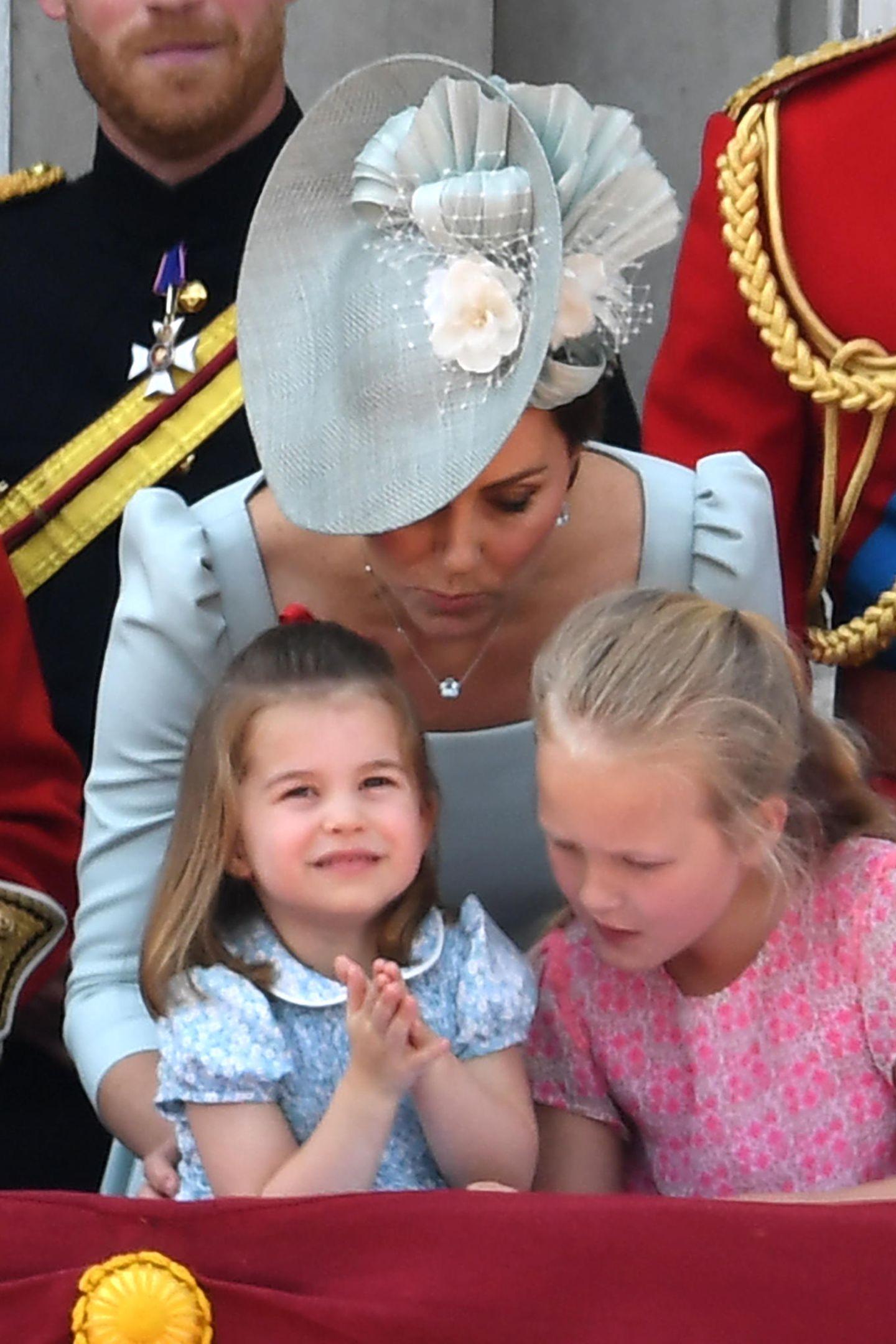 Die kleine Prinzessin Charlotte beobachtet ganz begeistert die Flieger-Show.