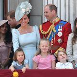 Herzogin Catherine und Prinz William haben ihre Kinder George und Charlotte dabei. Die beiden Kids albern auf dem Balkon herum.