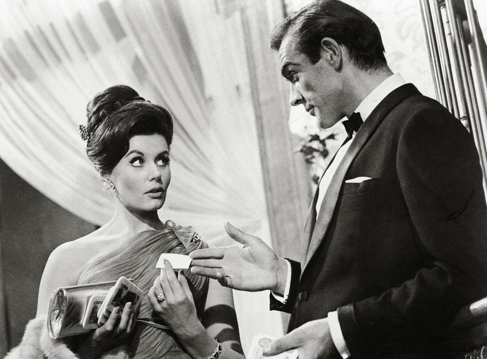 """8. Juni 2018:Eunice Gayson (90 Jahre)  Sie ist das einzige Bond-Girl, das in gleich zwei Filmen an der Seite Sean Connerys auftrat: Jetzt ist Eunice Gayson im Alter von 90 Jahren gestorben.Gayson spielte die Bond-Geliebte Sylvia Trench neben Connery in der Hauptrolle des Geheimagenten in """"James Bond - 007 jagt Dr. No"""" (1962) und """"Liebesgrüße aus Moskau"""" (1963). Laut einem Bericht der BBC war sie das einzige Bond-Girl, das in zwei Filmen auftrat."""