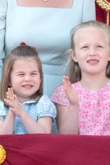 Kleine Blumenmädchen:Prinzessin Charlotte und ihre Großcousine Savannah Philips haben sich für die Militärparade zu ehren von Queen Elizabeth extra schick gemacht und zeigen sich in süßen Kleidchen mit floralem Muster.