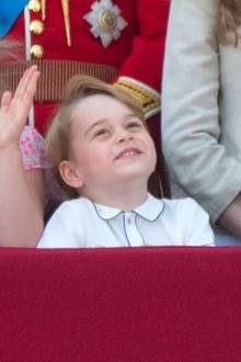 Auch Prinz George hat sich für die Paradeordentlich in Schale geschmissen und sieht in seinem Hemd des Luxus-Labels Amaia Kids supersüß aus.