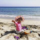 5. Juni 2018  Die kleine Luna von Model Chrissy Teigen hat Spaß beim Buddeln am Strand.