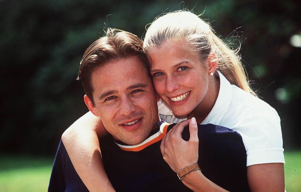 """""""Forbidden love goes straight to your heart"""" –die Titelmelodie der ARD-Soap """"Verbotene Liebe"""" klingt echten Fans bis heute in den Ohren nach. Kein Wunder, immerhin dominierte die Serie rund um Liebe, Leid und Intrigen in der Düsseldorfer High Society 20 Jahreden Vorabend im Ersten. Hauptakteure der Serie: Jan und Julia Brandner, ein Zwillingspaar, dass im Babyalter getrennt wurde und sich 20 Jahre später durch Zufall wieder begegnet und sich in einander verliebt. Doch was machen die Schauspieler Andreas Bruckner und Valerie Niehaus eigentlich heute?"""