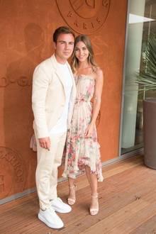 Zusammen mit ihrem Mario besucht Ann-Kathrin Brömmel ein French Open Spiel in Paris. Während er auf einen sommerlichen Anzug in Beige und coole Sneaker setzt, trägt sie ein luftiges Kleidchen mit Blumenprint.