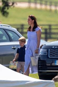 Stilvoll beim Polo: Herzogin Catherine glänzt beim Maserati Royal Charity Trophy in einem sommerlichen Midi-Kleid. Gemeinsam mit Prinz George und Prinzessin Charlotte verbringt sie einen echten Familientag auf der Wiese. Und das besondere daran: Kates Kleid ist ein echtes Schnäppchen ...
