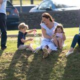 10. Juni 2018  Fast wie eine ganz normale Familie: Herzogin Catherine sitzt mit ihren verspielten Kindern George und Charlotte im Beaufort Polo Club im Gras.