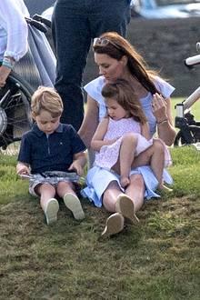 10. Juni 2018  Royaler Besuch beim Beaufort Polo Club: Herzogin Catherine genießt verspielte Dreisamkeit mit ihren Kids George und Charlotte.