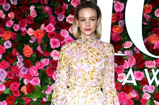 Carey Mulligan passt sich der floralen Fotowand perfekt an. Ihr Kleid ist von Kopf bis Fuß mit feinen Blümchen bedruckt.