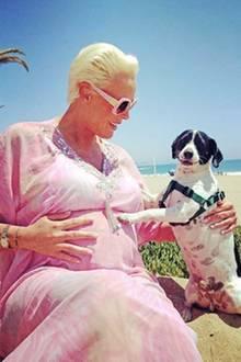 Denn auf einem weiteren Instagram-Foto zeigt sich Brigitte mit ihrem kleinen Hund. Familie Nielsen wächst und der Babybauch der 54-Jährigen auch.