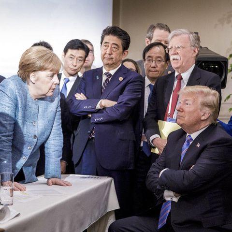 Donald Trump, der Trotzkopf: Am 9. Juni 2018 wird der US-Präsident von Emmanuel Macron, Angela Merkel, Shinzo Abe und Beratern beim G7-Gipfel in Kanada umringt. Das Foto schossJesco Denzel, Fotograf im Auftrag der deutschen Bundesregierung.