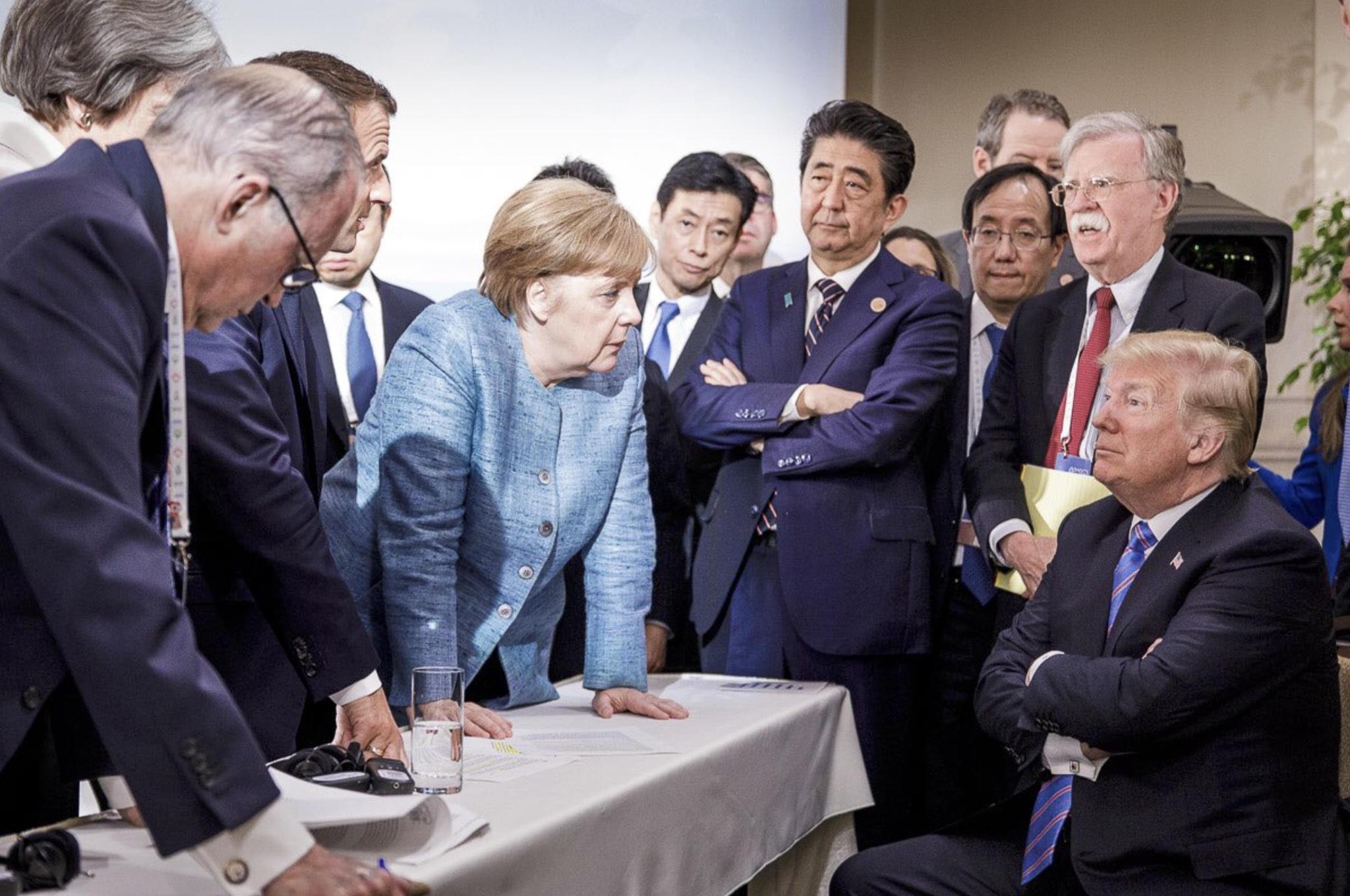 Donald Trump der Trotzkopf Am 9. Juni 2018 wird der US-Präsident von Emmanuel Macron Angela Merkel Shinzo Abe und Beratern beim G7 Gipfel in Kanada umringt. Das