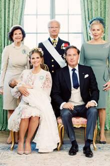 Ganz traditionell posieren die glücklichen Eltern Prinzessin Madeleine und Chris O'Neill und Großeltern Königin Silvia, König Carl Gustaf und Eva O'Neill für ein traumhaftes Tauf-Gruppen-Foto.