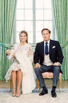 Endlich sind sie da! Die offiziellen Taufbilder der kleinen Prinzessin Adrienne könnten schöner nicht sein. Mutter Madeleine strahlt in die Kamera, während Papa Chris O'Neill vor Stolz nur so strotzt.