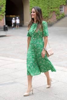 Anlässlich der Feierlichkeiten der Examen im Sophiahemmet besuchte Prinzessin Sofia das Rathaus in Stockholm und erschien in einem sommerlichen Look. Ihr grünes, luftiges Kleid ist von L.K Bennett (Preis ca. 335 Euro)- ein Label, welches auch Herzogin Catherine gerne trägt. Besonders schön sind die Details ...