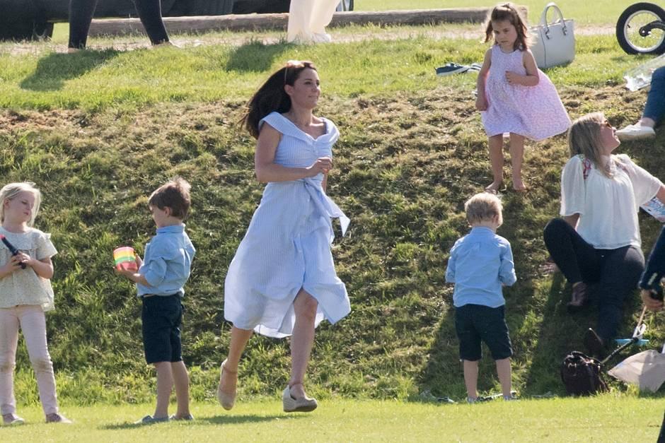 Herzogin Catherine gibt am Rande eines Polo-Turniers am 10. Juni 2018 Gas.