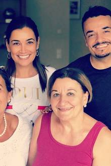 13. Mai 2018  Es ist Muttertag! Jana Ina und Giovanni posieren gemeinsam mit ihren Müttern für ein schönes Foto.