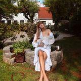 """Seit gerade mal drei Wochen ist Bonnie Strange Mama der kleinen Goldie Venus.""""Mein kleiner Familien-Sonntag"""", schreibt Bonnie unter ihr Bild.Ein Foto, auf dem sie scheinbar im Garten ihrer Eltern sitzt und ihr Baby zum Stillen an die Brust hält."""