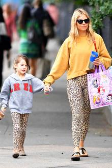 Gab es die Leo-Leggings etwa im Doppelpack? Sienna Miller und Töchterchen Marlowe flanieren im wilden Mutter-Tochter-Partnerlook durch New York.