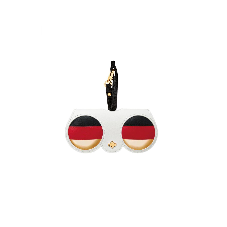 Sonnige Aussichten: ANY DI präsentiert zur Fußball-Weltmeisterschaft in Russland eine limitierte Kollektion in Schwarz, Rot, Gold. Ein echter Eyecatcher! Ca. 84 Euro.