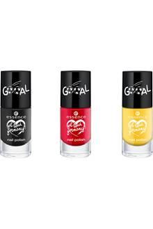 Wahre Fußball-Fans sind von Kopf bis Fuß in Schwarz, Rot, Gold durchgestylt - unsere Fingernägel sind dank dieser niedlichen Lacke von essence bestens versorgt! Je ca. 1,50 Euro.