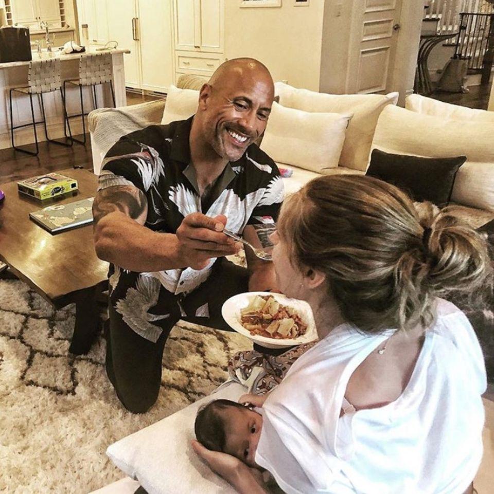 """11. Juni 2018  """"Diese Aufgabe übernehme ich. Mama Lauren hat alle Hände voll damit, Baby Tia zu stillen, also füttere ich sie mit dem Abendessen. Es ist mir eine Ehre"""", postet Dwayne Johnson liebevoll. """"Ich empfinde so viel Respekt für sie und alle Mamas da draußen, die das alles bewältigen und die Dinge am Laufen halten."""""""