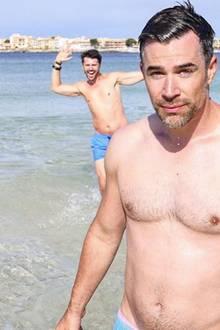 Schauspieler Jo Weil möchte am Strand von Mallorca ein schönes Selfie schießen. Schwupps, da springt Thore Schölermann im Hintergrund ins Bild. Ob Jo davon so begeistert ist?