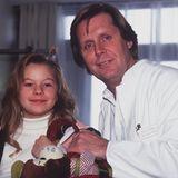 """In der Serie """"Dr. Stefan Frank – der Arzt, dem die Frauen vertrauen"""" verkörpertdie kleine Jana Kilkavon 1997 bis 2000 die Rolle der süßen """"Iris"""". Damals ist die Schauspielerin gerade einmal zehn Jahre alt und entzücktdie Fans mit ihrem verschmitzten Lächeln."""