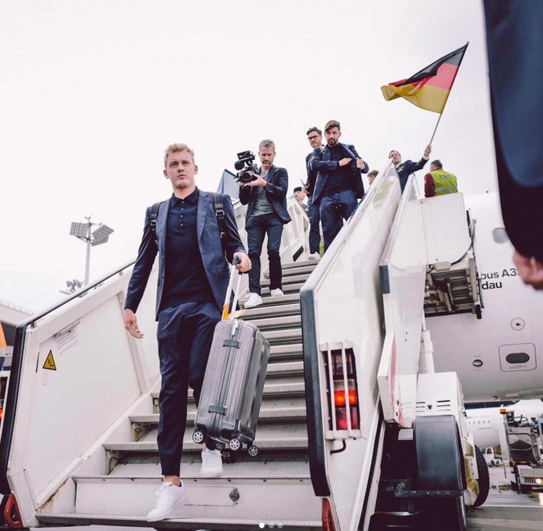 Endlich angekommen in Moskau! Julian Brandt steigt aus dem Flugzeug.