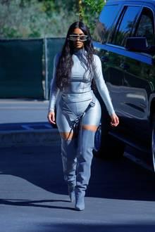 """Nein, Kim Kardashian ist jetzt nicht bei der NASA tätig. Und sie spielt auch nicht im nächsten """"Star Trek""""-Film mit. Dieser silberne Spaceanzug ist einfach ihr Alltagsoutfit. Denn scheinbar hat sie das Wort missverstanden. Für sie kommt es von(Welt-)All. Kanye, beam her up!"""