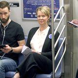 """""""Sex and the City""""-Star Cynthia Nixon stellt sich zur Gouverneurswahl von New York. In der U-Bahn zeigt sie sich - ganz die Politikerin - gerne volksnah."""