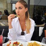 Ann-Kathrin Brömmel lässt sich in einem Pariser Restaurant ihre Pommes schmecken.