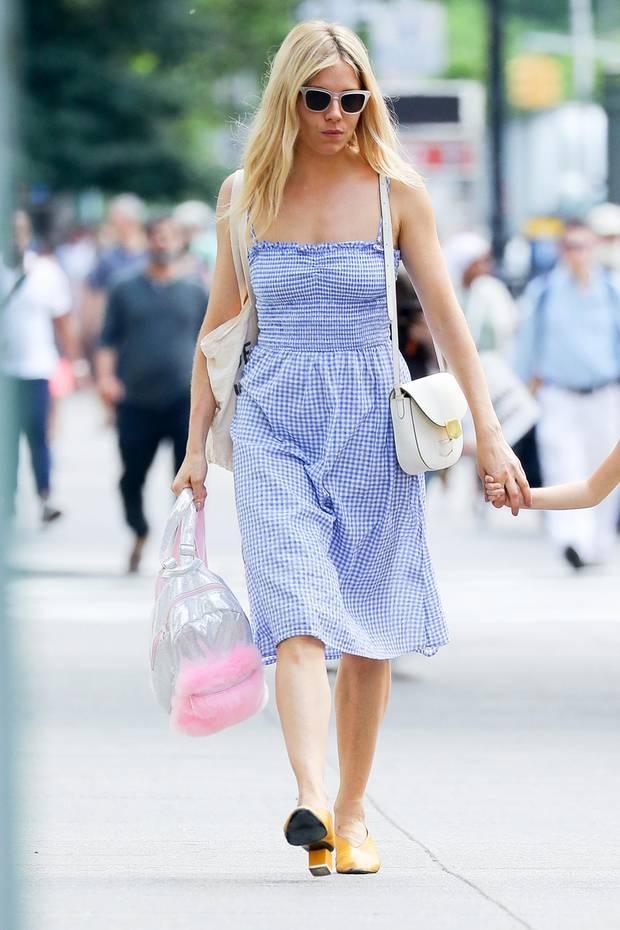 Auf den Straßen New Yorks ist Schauspielerin Sienna Miller ein echter Hingucker. Im hellblau-gestreiften Sommerkleid zieht sie alle Blicke auf sich. Tatsächlich ist das Kleid ein echtes Schnäppchen und aktuell bei H&M zu haben! Für um die 30 Euro können Sie genauso stylisch wie Sienna Miller durch den Sommer ziehen - herrlich!