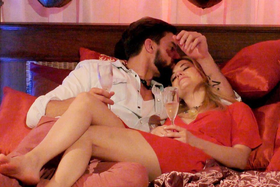 Sebastian Fobe und Viola Rauch kuscheln