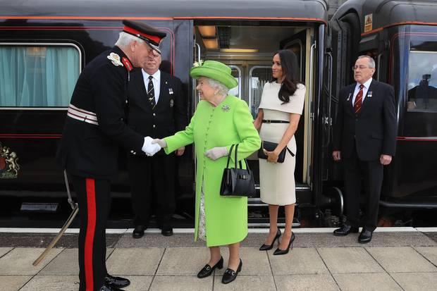 Queen Elizabeth und Herzogin Meghanbei der Ankunft an der Runcorn Station in Cheshire am 14. Juni 2018